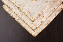 在棕色桌上的未发酵的面包 免版税图库摄影