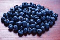 在棕色桌关闭的甜蓝莓 免版税库存照片