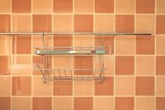 在棕色正方形的挂衣架铺磁砖模式 免版税图库摄影