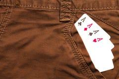 在棕色牛仔裤前面口袋里面的四张一点卡片 库存照片