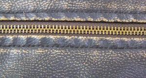 在棕色皮革摩托车夹克的拉链 免版税库存图片