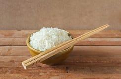 在棕色碗的白米有木筷子的 图库摄影