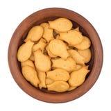 在棕色碗的金鱼薄脆饼干 背景查出的白色 库存照片
