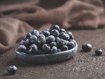 在棕色背景拷贝空间的蓝莓 免版税库存图片