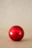 在棕色背景的发光的坚硬红色球 图库摄影