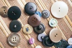 在棕色背景的多彩多姿的按钮 免版税库存照片
