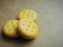 在棕色背景的微型乳酪三明治薄脆饼干 免版税库存照片