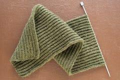 在棕色背景的未完成的羊毛围巾 库存照片