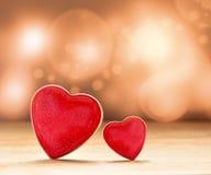 在棕色背景的红色心脏 红色上升了 免版税库存图片