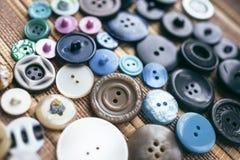 在棕色背景的许多多彩多姿的按钮 免版税库存图片