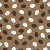 在棕色背景,无缝的样式的咖啡豆 免版税图库摄影