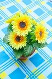 在棕色花瓶的向日葵花束 库存图片