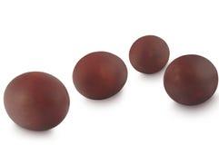 在棕色葱上色的复活节彩蛋隔绝在白色背景 库存照片