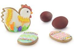 在棕色葱和复活节多彩多姿的香料蛋糕上色的复活节彩蛋隔绝在白色背景 库存图片