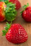 在棕色表的草莓 免版税库存图片