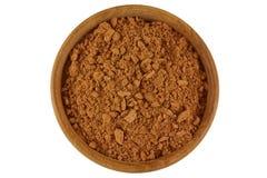 在棕色颜色的可可粉在白色隔绝的一个木碗 库存图片