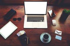 在棕色质地那么时兴的办公室是开放膝上型计算机下个时髦的辅助部件年轻人商人 图库摄影