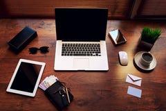 在棕色质地那么时兴的办公室是开放膝上型计算机下时髦的辅助部件年轻人biznessman 免版税库存图片