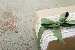 在棕色eco纸包裹的装饰礼物盒 免版税库存图片