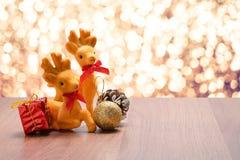 在棕色wo的新年和圣诞节驯鹿和礼物装饰 库存图片