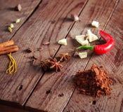 在棕色woode的茴香红辣椒白色巧克力和可可粉 库存照片