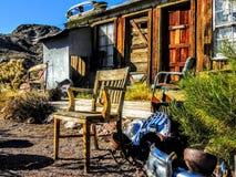 在棚子之外的老土气椅子与古色古香的破烂物所有 免版税库存图片