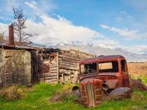 在棚子后的老汽车 免版税库存图片