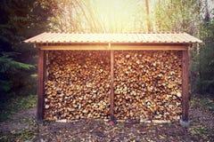 在棚子堆积的木柴 免版税库存照片