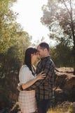 在森林中的爱的夫妇在夏天草甸 库存照片