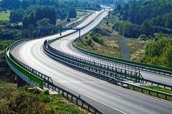 在森林之间的空的高速公路风景的 免版税库存照片
