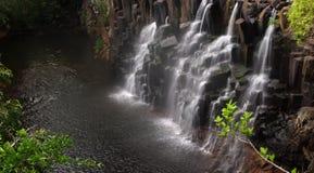 在森林全景15 megapixels的瀑布 免版税库存图片