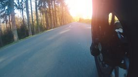 在森林公路骑马的现代倒频器摩托车 获得驾驶空的路的乐趣 股票视频