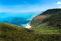 在森林和好的蓝色海洋的美丽的景色 免版税库存图片