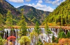 在森林和山中的Nuo Ri郎瀑布Nuorilang 免版税库存图片