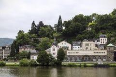 在森林和浩大的葡萄园包围的摩泽尔的Traben-Trarbach 免版税库存图片