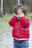 在森林困厄的小女孩的春天 免版税库存照片