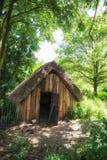 在森林地设置流洒的18世纪中世纪伐木工人 免版税库存照片