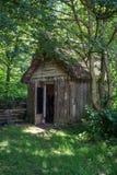 在森林地设置流洒的18世纪中世纪伐木工人 库存图片