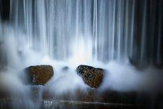在森林夜新场面的瀑布 免版税库存图片