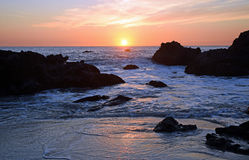 在森林小海湾海滩的日落在拉古纳海滩,加利福尼亚 库存图片