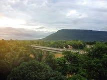 在森林山和桥梁的日出 免版税图库摄影