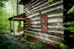 在森林建造的二层楼的房子 库存照片