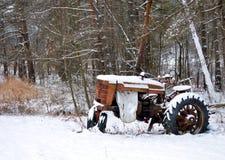 在森林忘记的古色古香的拖拉机 图库摄影