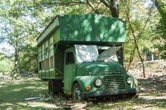 在森林放弃的露营车 免版税库存照片