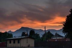 在森林火灾期间的火热的日落天空 免版税库存图片