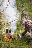在森林火灾的猎人点燃 免版税库存照片