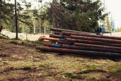 在森林特写镜头的生锈的金属管子 图库摄影