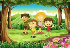 在森林的四个孩子 免版税库存照片