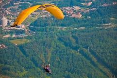 在森林的滑翔伞 免版税库存照片