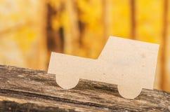 在森林的被删去的纸汽车剪影 免版税库存照片